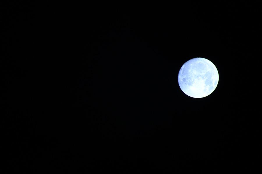 月を撮るホワイトバランス間違えた/だが後悔はない