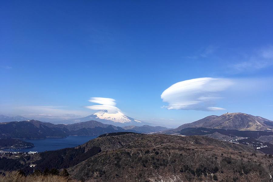 残る雪川上弘美も見た富士山/湯河原から路線バスで富士山を見に行き、笠雲(吊るし雲?)を見てインターネットの奇跡にも出会えたお話
