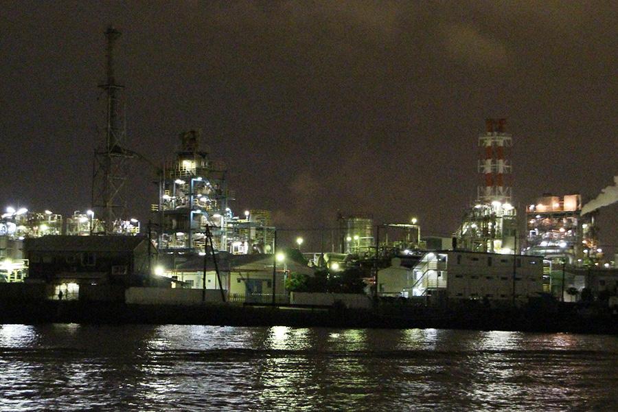 月照らす京浜工業地帯かな/はとバス「川崎工場夜景運河探検クルーズ」